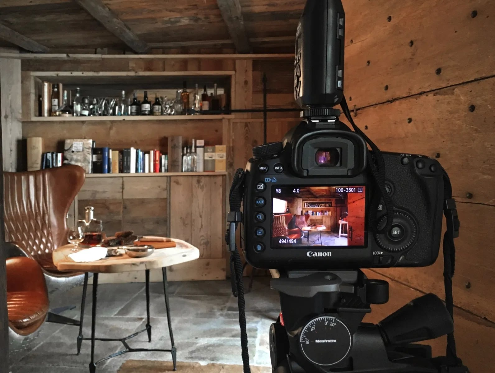 lo schermo di una macchina fotografica digitale che inquadra una scena in hotel