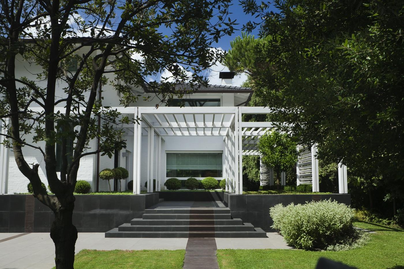 ingresso minimalista e squadrato di una villa con giardino