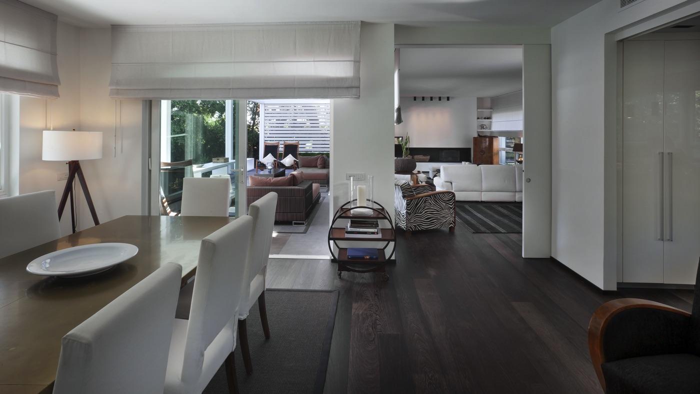 interno di una casa elegante con pavimenti in legno e arredamento bianco