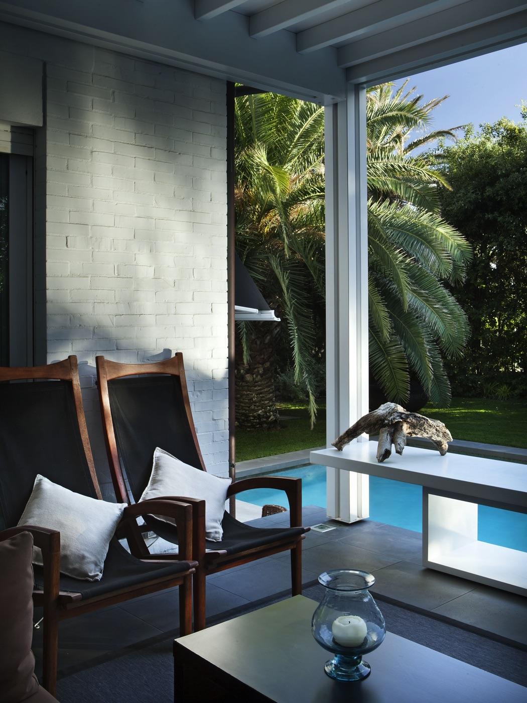 Due poltrone sul patio a bordo piscina
