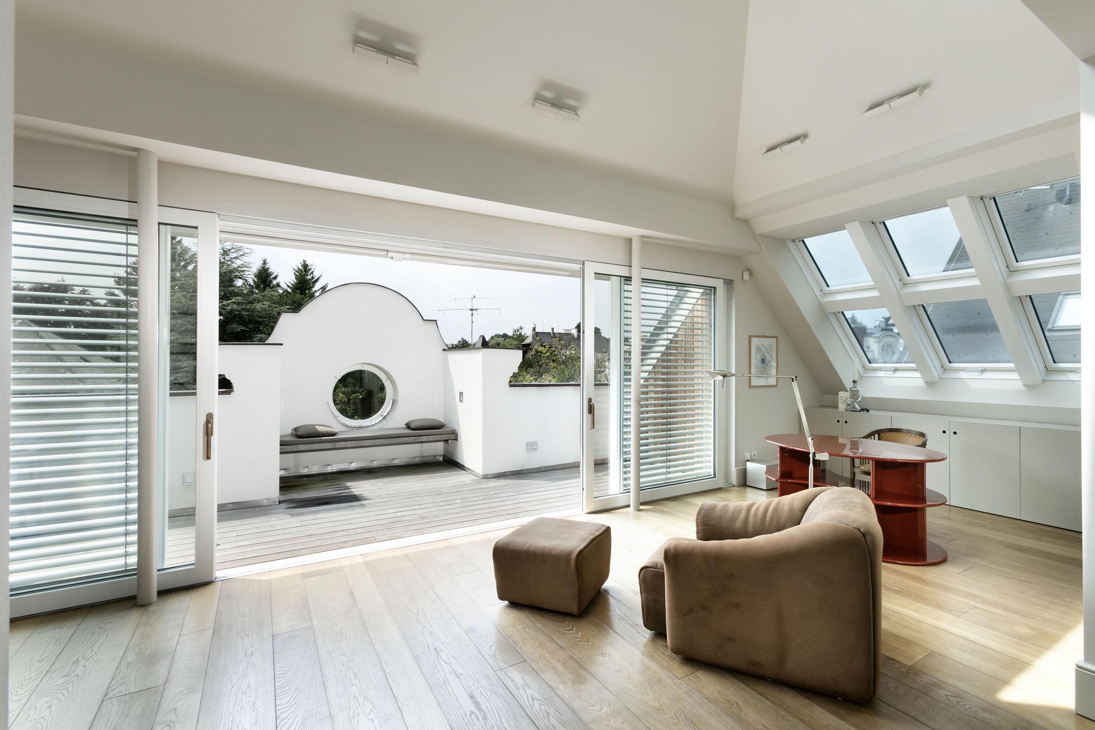una poltrona in un salotto ben illuminato da vetrate