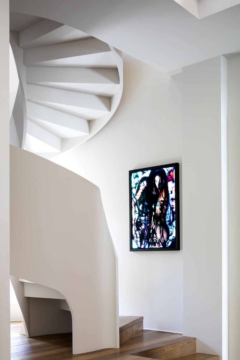 scala interna a chioccola con pareti bianche