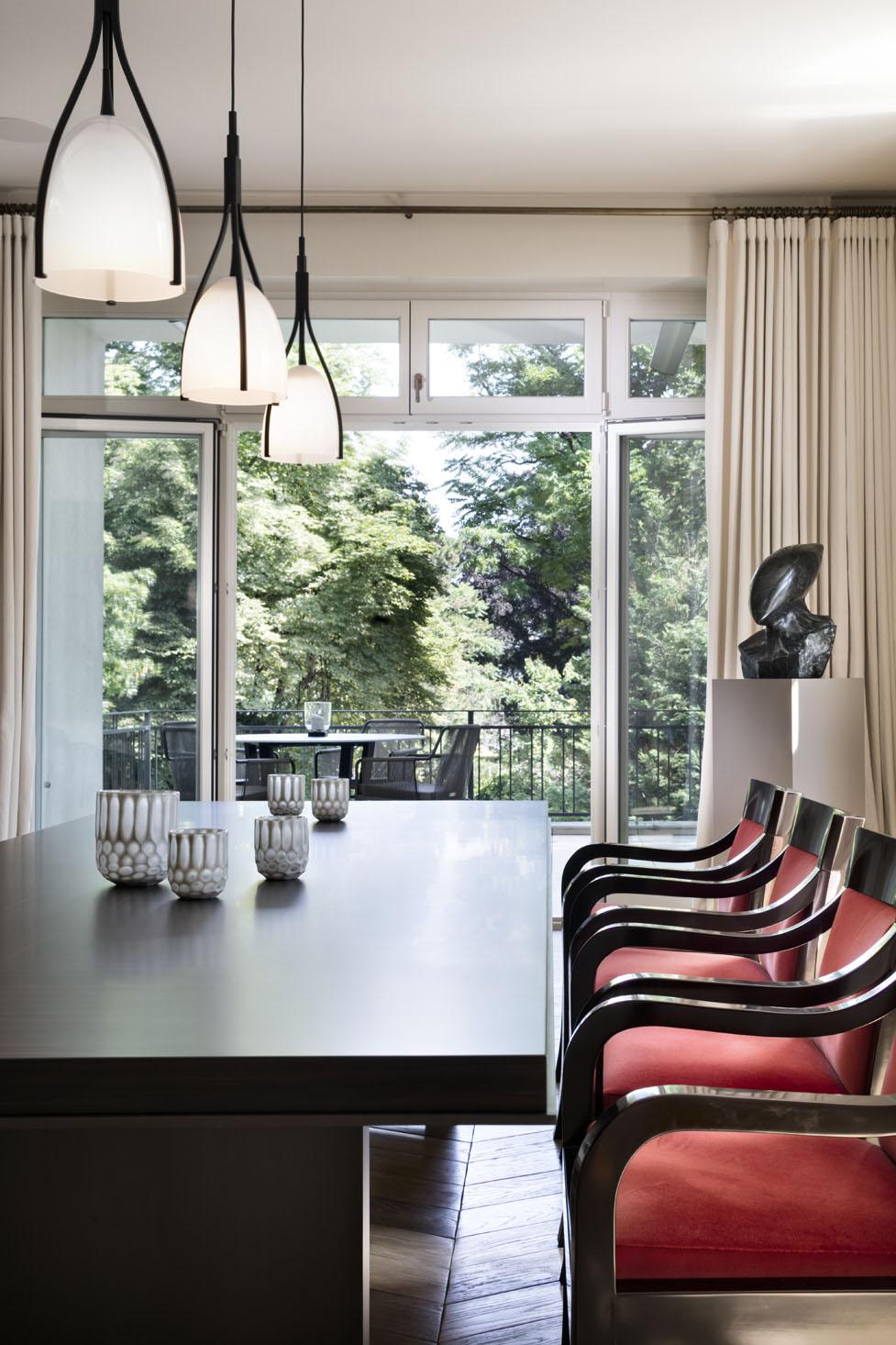 Tavolo soggiorno con sedie in legno rivestimento rosso