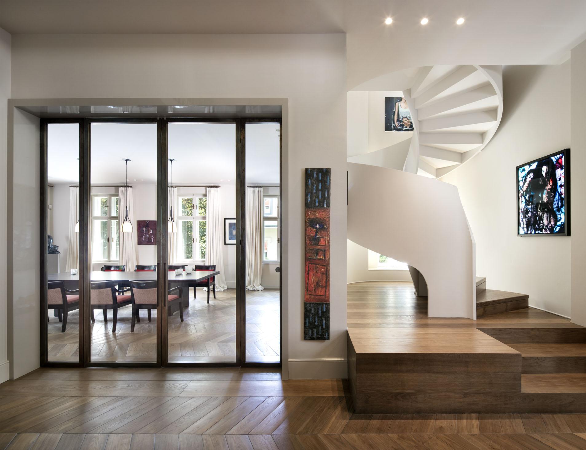 interno casa con scala a chiocciola e vista sul salotto