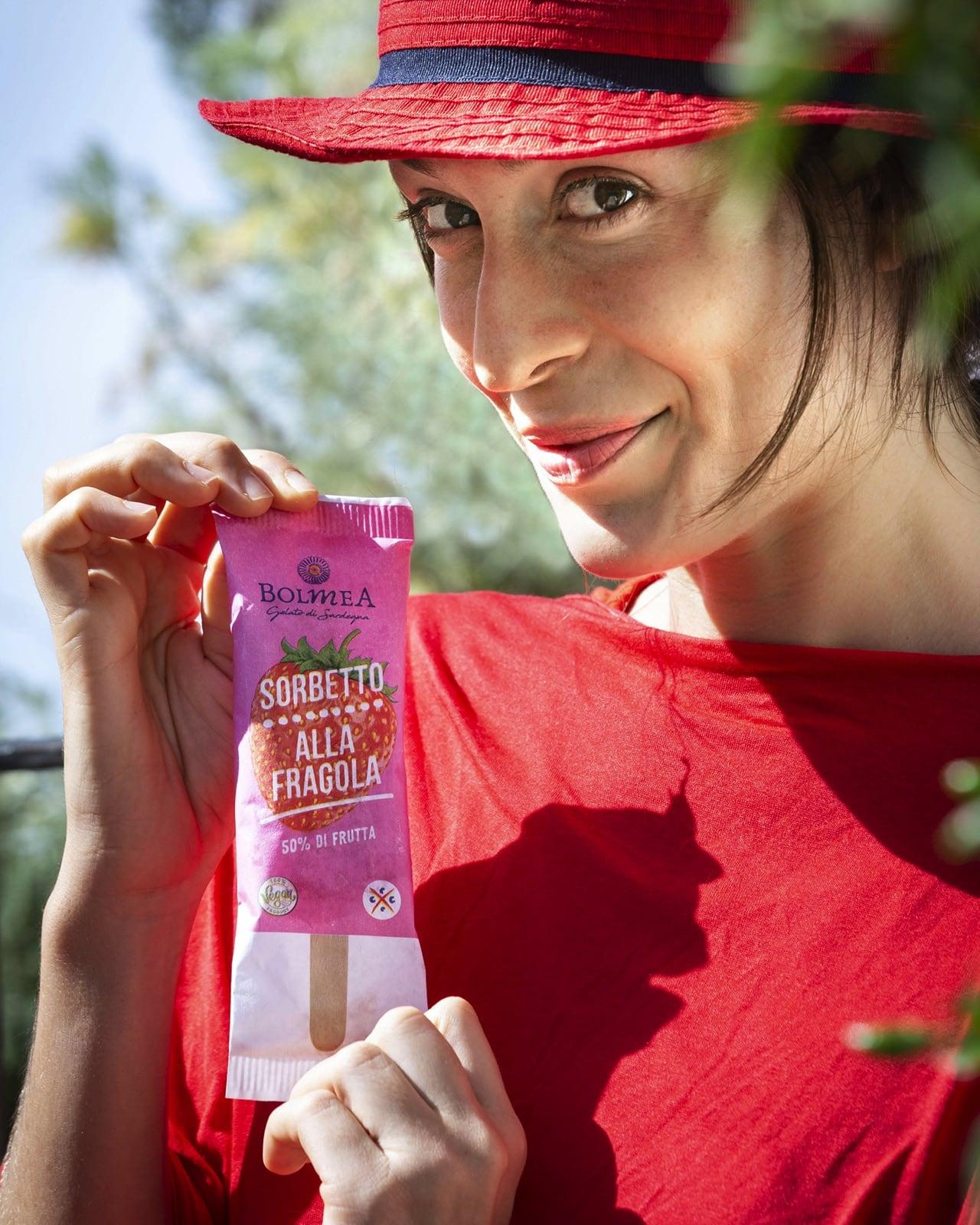 una ragazza vestita di rosso in posa con un sorbetto alla fragola Bolmea