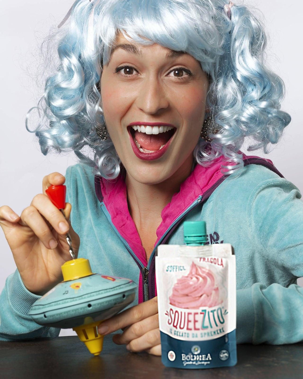 una ragazza con una parrucca turchina gioca con una trottola