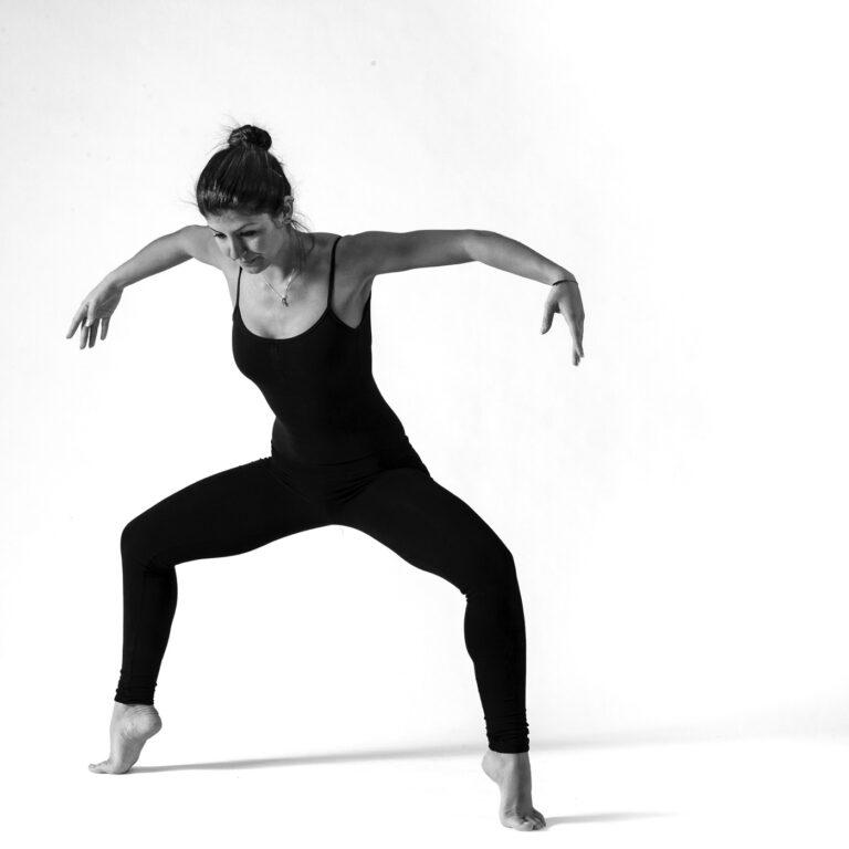 una ballerina scalza in equilibrio sulle punte dei piedi