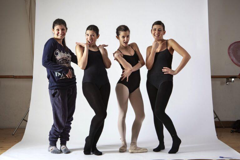 allieve di una scuola di ballo scherzano durante una pausa